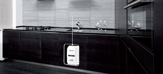 Будучи невичерпним джерелом цілющої чистої води, елегантна і сучасна система очищення води AqueenaPro стане невід'ємною частиною будь-якої сучасної кухні. Розумна і компактна, вона легко вміщається під кухонною раковиною.